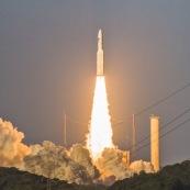 Décollage d'une fusée ariane 5 au centre spatial guyanais (CSG) à Kourou. Fusée venant de quitter son pas de tir. Guyane.