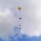 Décollage d'un ballon sonde du CNES a des fins educatives : projet de mesure de différents paramètres et largage d'un planeur en altitude.  Avec le lycée Damas de Rémire Montjoly, le CNES  et la société Chrysalis Engineering. Guyane. Educatif. Formation. Jeunes. Projet.