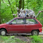 PiËges ‡ triton (bottle trapping) sur le toit d'une voiture, lors d'une sÈance de recensement des tritons. Les piËges sont constituÈs d'une bouteille d'eau, dont le goulot est retournÈ, le tout fixÈ ‡ un support en bambou. Protection des espËces, suivi des populations, dans le cadre d'un contrat Natura 2000. ModËle : Hubert Dupiczak