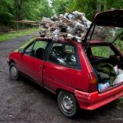 PiËges ‡ triton (bottle trapping) sur le toit d'une voiture, lors d'une sÈance de recensement des tritons. Les piËges sont constituÈs d'une bouteille d'eau, dont le goulot est retournÈ, le tout fixÈ ‡ un support en bambou.