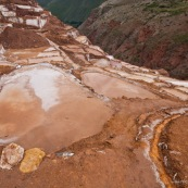 Terrasses des salineras de Maras. Une personne remplie des sacs de sel. Exploitation de sel. L'eau d'une source riche en sel est guidée dans les terrasses, l'eau s'évapore, reste le sel. Balcons. Pérou. Pérou.