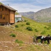 Berger et son cheval de retour ‡ la cabane, avec les provisions de la semaine. Vue de la cabane, en haut de la montagne, le cheval se rÈhydrate ‡ la source. Vue de l'ancienne cabane derriËre la cabane rÈcente. Enclos ‡ brebis devant.