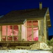 Chalet moderne et design contemporain dans la montagne dans les cévennes, mont AIgoual, de nuit. Chalet en bois et pierre.