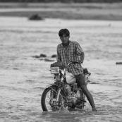 """Traversée d""""une rivière avec une mobylette en Bolivie."""