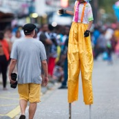 Carnaval de Guyane. Parade du littoral à Kourou. Deguisement. Touloulou. Masques. Costumes. Marionnettes. Diables rouges. Noir marron. Neg marron. Balayseuses.