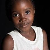 Portraits en studio à Maripsaoula. Enfants et adultes. Portrait.