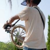Pilote de cerf-volant traditionnel ‡ Hong-Kong, en Chine. VisiËre pour se protÈger du Soleil, et Èquipement complet pour piloter le cerf-volant, au bord de la mer. Pilote avec le dÈvidoir en main. Adulte.