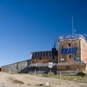 """Station meteorologique a cote du refuge de montagne """"Cabana omu"""", en altitude a 2505 metres, parc national de Bucegi, au petit matin. Panneaux solaires sur la facade pour la production d'electricite. Roumanie."""