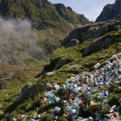 Un tas de dechets. Montagnes en arriere plan. Veritable decharge, cela gache honteusement le paysage. Poubelles entassees devant le refuge, pollution en montagne. Roumanie.