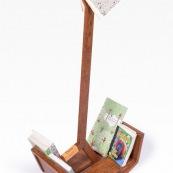 Mobilier design contemporain en bois massif de Guyane. Meuble. Marque DISSI. Porte livre original.