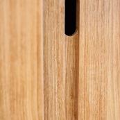 Meuble en bois massif de Guyane de marque DISSI. Etagere en Manil. Detal sur les poignées.