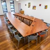 Meuble en bois massif de Guyane de marque DISSI. Grande table de réuinon de l'IEDOM.