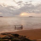 Table basse en wacapou (bois massif de Guyane) immergée dans la mer au lever du soleil. Marque DISSI.