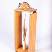 Mobilier design contemporain en bois massif de Guyane. Meuble. Marque DISSI. Support avec tatou en bois.