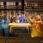 Table design contemporain en bois massif (Manil). Marque DISSI. Guyane. Ambiance carnaval avec costumes touloulou.