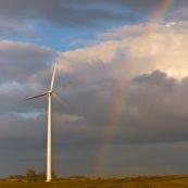 Eolienne au pied d'un double arc en ciel, apres un orage, dans un champ laboure.  Exploitant : Eurowatt. Modele : Gamesa.  80 metres de haut.  Parc de 7 eoliennes, puissance totale de 9400 kW.