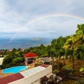 Guadeloupe. Vue sur les ilets cousteau. Reserve cousteau. Bouillante sur Basse-terre. Tourisme. Logement avec piscine. Hebergement. Arc en ciel.