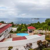 Guadeloupe. Vue sur les ilets cousteau. Reserve cousteau. Bouillante sur Basse-terre. Tourisme. Logement avec piscine. Hebergement.