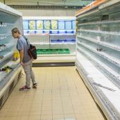 Crise sociale en Guyane. 11 avril 2017. La pénurie alimentaire commence à se faire sentir. Dans une grande surface (Super U) les rayons sont vides. Aucun approvisonnement possible du fait des barrages, mais de toute façon le port de commerce est bloqué depuis 3 semaines : les containers n'arrivent plus en Guyane. Les dernires clients n'ont guère de choix.