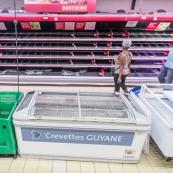 Crise sociale en Guyane. 11 avril 2017. La pénurie alimentaire commence à se faire sentir. Dans une grande surface (Super U) le rayon boucherie est vide. Aucun approvisonnement possible du fait des barrages, mais de toute façon le port de commerce est bloqué depuis 3 semaines : les containers n'arrivent plus en Guyane. Les dernires clients n'ont guère de choix.