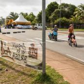 Crise sociale en Guyane. 11 avril 2017. Sur un barrage (rond-point de Suzini, entre Cayenne et Rémire Montjoly. Les poids lourds bloquent toutes les routes. Impossible de passer (sauf piétons et vélos).