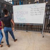 Crise sociale en Guyane. 11 avril 2017. Les poids lours bloquent toutes les routes. Impossible de passer (sauf piétons et vélos). Il n'y a plus de cours depuis 3 semaines du fait des blocages des routes. Les guyanais s'organisent pour mettre en place du soutien scolaire pour les jeunes qui passent des examens.