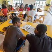 Crise sociale en Guyane. 11 avril 2017. Les poids lours bloquent toutes les routes. Impossible de passer (sauf piétons et vélos). Il n'y a plus de cours depuis 3 semaines du fait des blocages des routes. Les guyanais s'organisent pour mettre en place du soutien scolaire pour les jeunes qui passent des examens. Professeurd bénévoled avec des élèves.