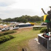 Crise sociale en Guyane. 11 avril 2017. Sur un barrage (rond-point Vidal, entre Cayenne et Rémire Montjoly. Les poids lourds bloquent toutes les routes. Impossible de passer (sauf piétons et vélos). Au premier plan, sculpture avec drapeau de la Guyane (chaînes brisées : symbole de la fin de l'esclavage en Guyane).