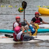 Kayak polo sur le lac saccharin pres du Rorota en Guyane Francaise (Remire Montjoly). Sport d'equipes avec ballon en Kayak. En exterieur. Terrain.