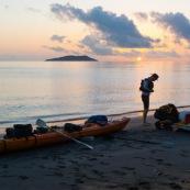 Kayak de mer en Guyane. Depart depuis la plage de Remire Montjoly pour rejoindre les iles du salut a la rame. Arret aux ilets Dupont a Cayenne, puis a l'ilet de l'enfant perdu. Depart au lever du soleil.