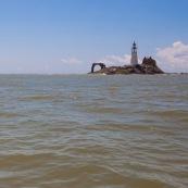 Kayak de mer en Guyane. Depart depuis la plage de Remire Montjoly pour rejoindre les iles du salut a la rame. Arret aux ilets Dupont a Cayenne, puis a l'ilet de l'enfant perdu. Depart au lever du soleil.  Phare de l'ilet L'Enfant Perdu.