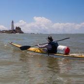 Kayak de mer en Guyane.   Depart au lever du soleil.  Phare de l'ilet L'Enfant Perdu en arrière plan.