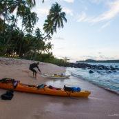 Kayak de mer en Guyane. Depart depuis la plage de Remire Montjoly pour rejoindre les iles du salut a la rame. Arret aux ilets Dupont a Cayenne, puis a l'ilet de l'enfant perdu. Depart au lever du soleil. Arrivee sur l'ile saint Joseph au coucher du soleil.