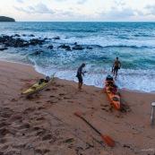 Kayak de mer en Guyane. Depart depuis la plage de Remire Montjoly pour rejoindre les iles du salut a la rame. Arrivee sur l'ile saint Joseph au coucher du soleil après une longue traversée.