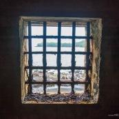 Guyane. Vestiges du bagne. Iles du salut. Ile du diable : vue sur la maison cellule prison ayant heberge Alfred Dreyfus.  Vestiges.  Interieur et exterieur. Vu depuis l'interieur, fenetre donnant sur l'ile saint joseph.