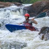 Kayak. Passage de rapide en Guyane. Saut.
