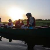 Marais de Kaw en Guyane au leve du soleil. En canoe et en kayaks. Enfants, famille. Observation avec des jumelles. Tourisme.