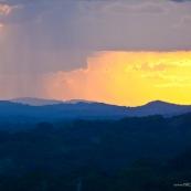 Coucher de soleil depuis une savane roche en Guyane, dans le parc amazonien de Guyane.  Vue sur la canopee. Inselberg.