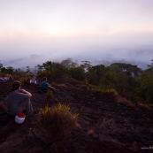 Coucher de soleil depuis une savane roche en Guyane, dans le parc amazonien de Guyane.  Vue sur la canopee. Inselberg. Groupe de touristes en expedition.