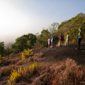Au levé du jour depuis une savane roche en Guyane, dans le parc amazonien de Guyane. Inselberg. Groupe de touristes en expedition.