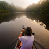 Canoe le matin au lever du soleil. Sur la riviere Anotai au Bresil depuis la Guyane. Foret tropicale amazonienne.