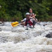 Passage d'un rapide en canoe. Sur riviere Anotai au Bresil depuis la Guyane (Oyapock). Cenoe qui dessale (se retourne). Passage d'un saut. Le canoe prend l'eau. Serie complete de 8 photos.
