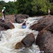 Kayak. Passage de rapides en Guyane. Saut.