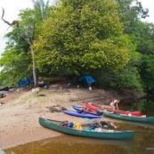 Expedition en canoe, camp de base sur une ile de sable. En Guyane, foret tropicale amazonienne. Camping, baches.