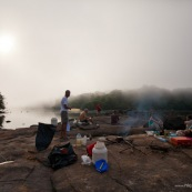 Expedition en canoe. En Guyane, foret tropicale amazonienne. Camping, petit dejeuner le matin.