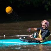 Kayak polo a saut maripa du cote de Saint Georges de l'Oyapock. Organise par le club Tukus. Sport d'équipe avec ballon. Jeunes.