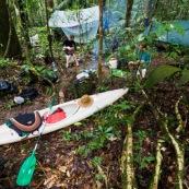 EN Guyane, foret tropicale amazonienne, campement en carbet bache et hamacs. Expedition en canoe kayak.