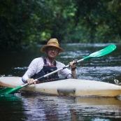 Kayak, kayaliste, en Guyane, foret tropicale amazonienne. Sur une riviere (crique).