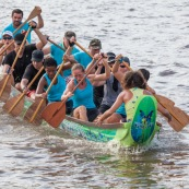 Course de pirogue en Guyane a Montsinery tonnegrande. P12 et P4 (12 places et 4 places). Organise par le club de canoe kayak et pirogue de Cayenne (ASPAG). Deguisements des equipages.