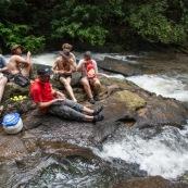 Expedition en Guyane (foret tropicale amazonienne) en canoe et kayak. Arret pic-nic en haut d'un saut (chute d'eau cascade). Camping, repas.